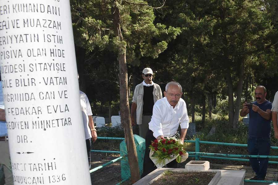 Kemal Kılıçdaroğlu Yahya Kaptan'ın mezarını ziyaret etti.