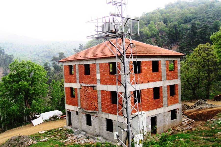 80 nüfuslu köye 600 kişilik cami yaptırmaya kalkan muhtarın yarım bıraktığı inşaat