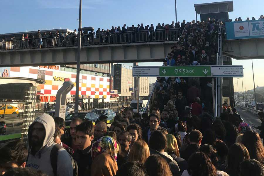Metrobüs duraklarında oluşan yoğunluk sosyal medyada tepkilere neden oldu.