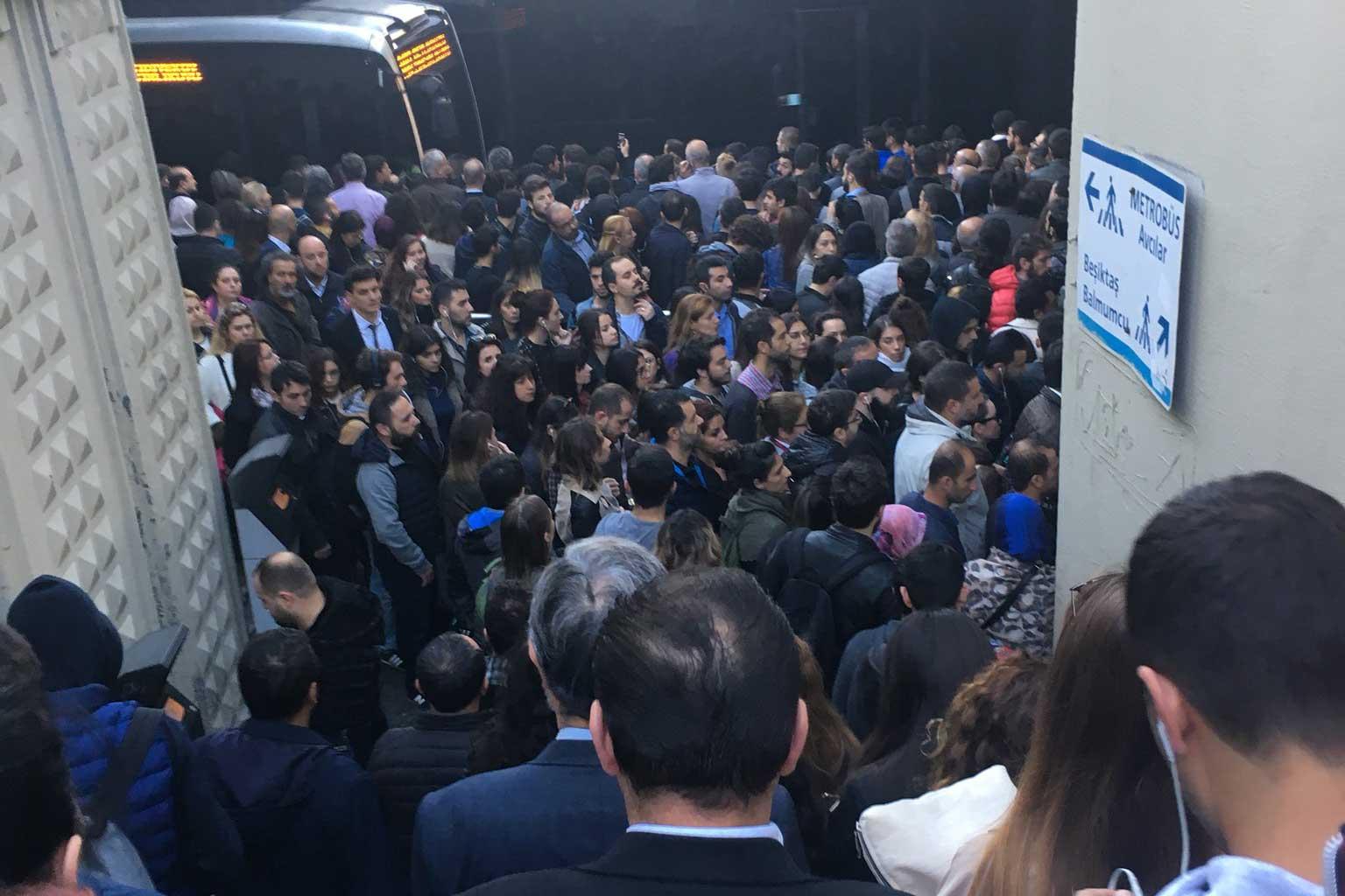 Metrobüs duraklarındaki yoğunluk sosyal medyada tepkilere neden oldu