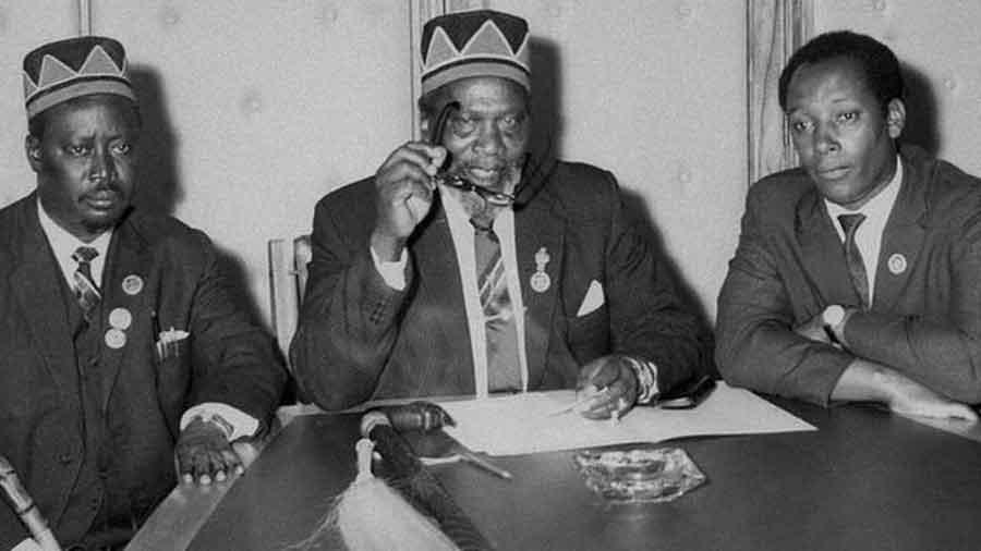 Jaramogi Oginga Odinga (solda) ve Jomo Kenyatta (sağda) bağımsızlık mücadelesi sırasında müttefikti