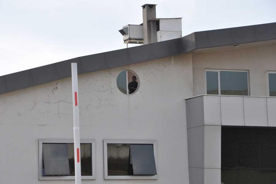 Eylem yapan işçiler, fabrika yönetimi tarafından kamerayla kayıt altına alındı.