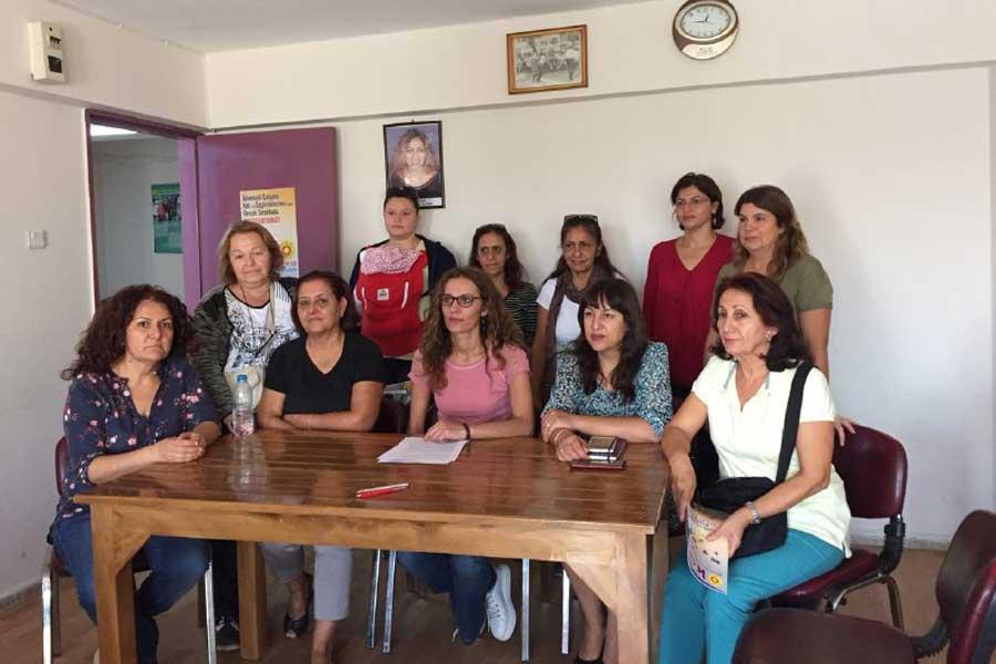 Bornova'da biraraya gelen kurum temsilcisi kadınlar Müftülük Yasasına karşı açıklama yaptı.