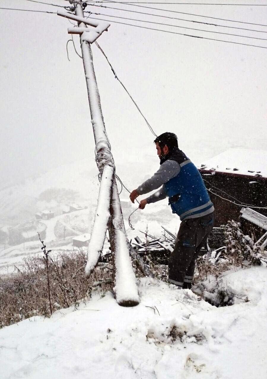 Trabzon Of'a bağlı sarmaşık köyünde fırtına ve kar nedeniyle direkler devrildi.