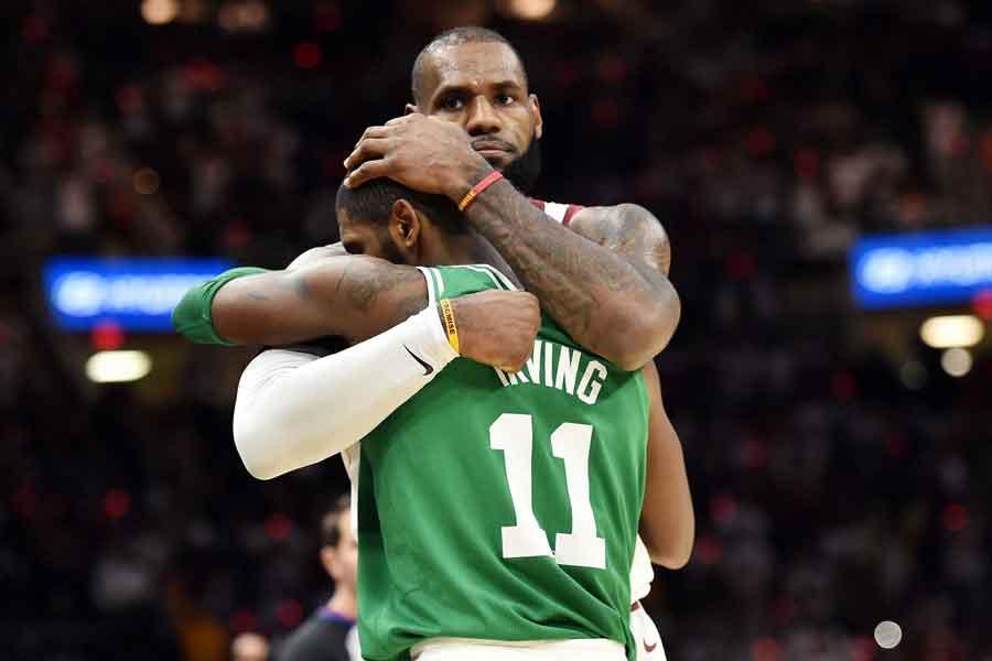 Kyrie Irving ve LeBron James maç bitiminde sarıldı