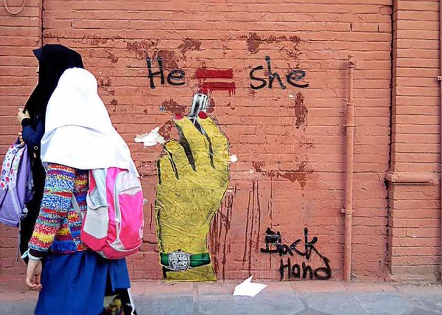 Black Hand, bu çalışmasında da İngilizce olarak yazdığı 'Kadın=Erkek' mesajıyla, cinsiyet eşitliğine dikkat çekiyor.
