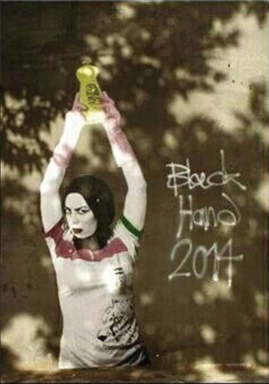 Sanatçı bu eserinde de İranlı kadınların taraftar olarak statlara girmesine yönelik yasağa gönderme yapıyor.