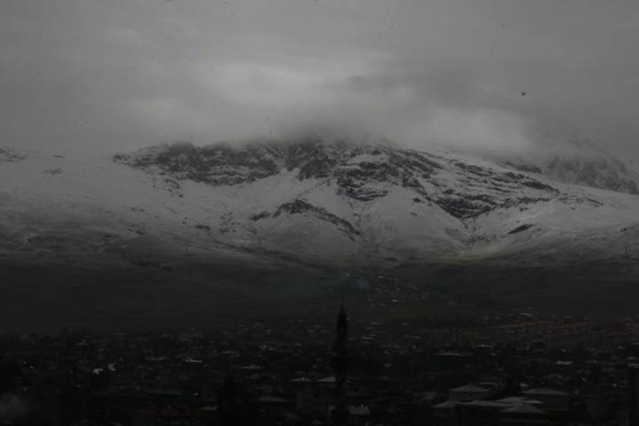 Van'da etkili olan kar yağışı kentte bulunan Erek Dağı'nı ve çevresini beyaza bürüdü.