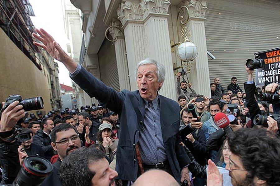 Dünyaca ünlü Yunan yönetmen Costa Gavras da Emek Sineması'nın yıkımına karşı yapılan eylemlere katılarak destek vermişti.