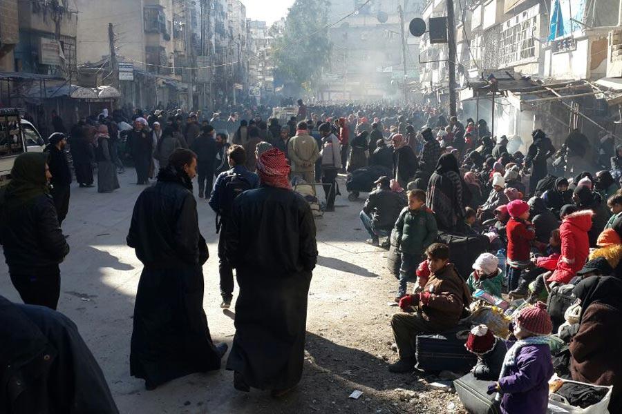 Bölgede tahliye için bekleyenler. Fotoğraf - Hadeel Al-Shalchi (Twitter)
