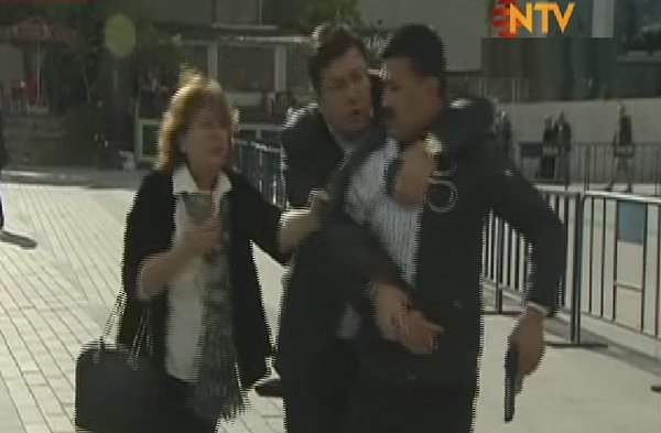 Can Dündar'ın eşi Dilek Dündar saldırganın yakasına yapışıp polise doğru itti.