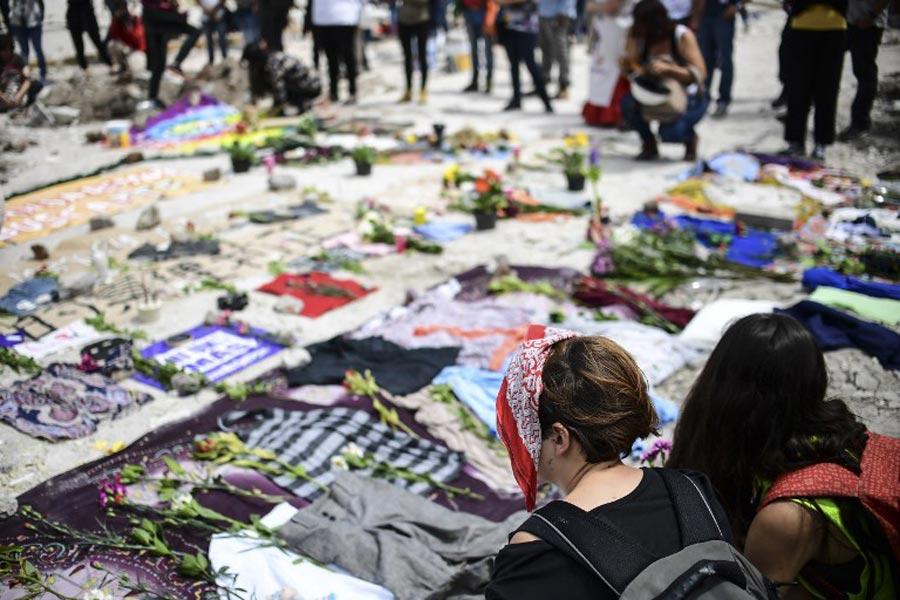 Enkaz kaldırıldıktan sonra kadınlar ölen  işçileri anmak için kumaş ve kıyafet parçalarını binadan arta kalan boşluğa serdiler