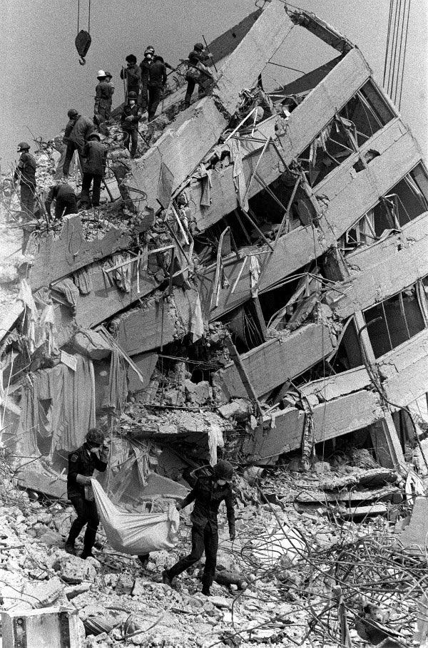 Tam tamına 32 yıl önce, 1985 yılında ve yine  19 Eylül'de, büyük bir  deprem olmuş ve başkentte yıkılan 800 kadar tekstil atölyesinde, çoğu kadın, en az 1600 dikim ve tekstil  işçisi  yaşamını  yitirmişti. Kadınların çoğu,  patronlar  atölyelerin kapılarını  kilitledikleri için  kaçamamıştı.