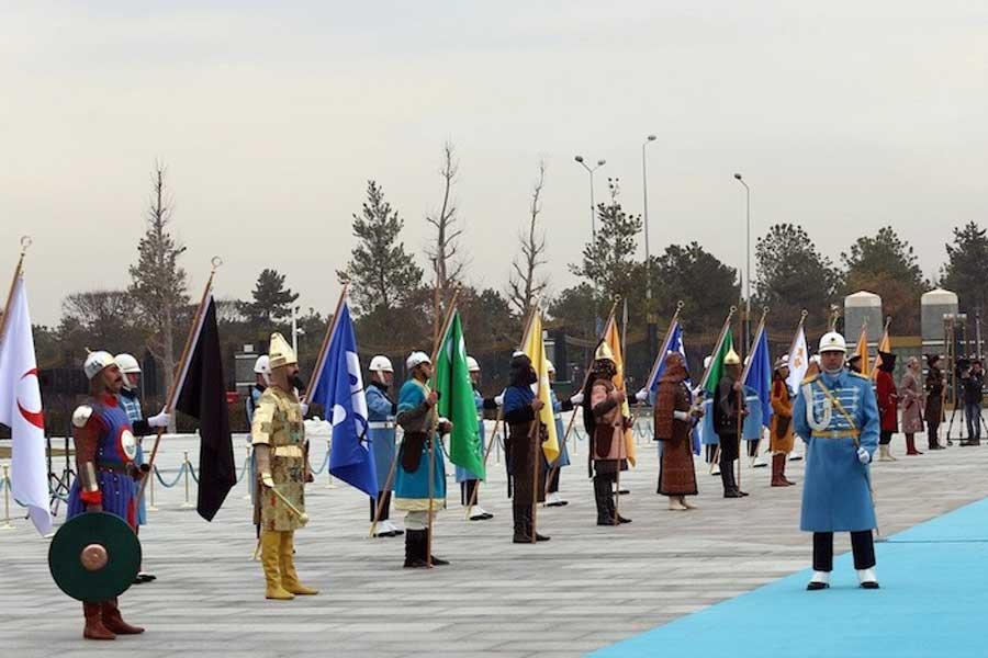 """Daha önce Filistin Devlet Başkanını sarayın merdivenlerinde karşılayan """"Türk devletlerinin 16 temsili askeri"""", Azerbaycan Cumhurbaşkanı İlham Aliyev'i de karşıladı."""