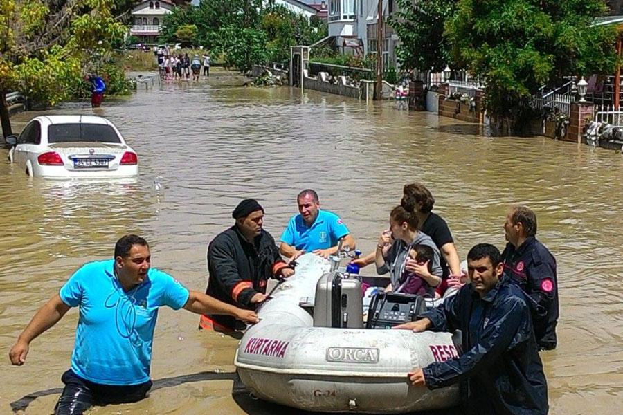 Silivri Gümüşyaka Mahallesi'nde, 17 Temmuz'daki yoğun yağış sonrası bölgede evler sular altında kalırken, bölge sakinlerinde su baskınlarından botlarla kurtarılmıştı.