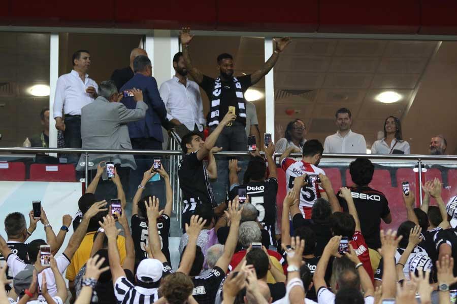 Beşiktaş'ın yeni transferi Jeremain Lens maçı tribünden takip ediyor