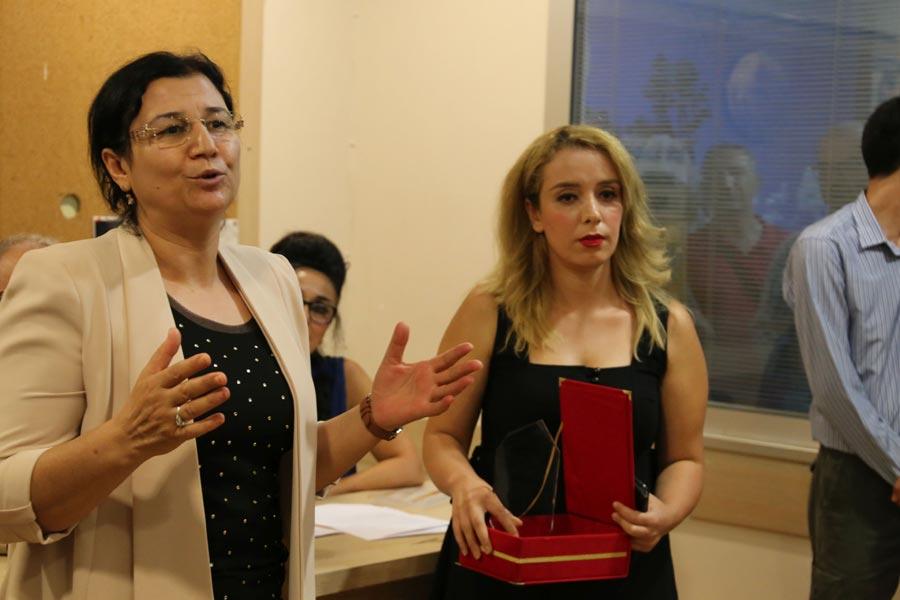 Muhabirimiz Eylem Nazlıer ödülünü DTK Eş Başkanı Leyla Güven'den aldı.