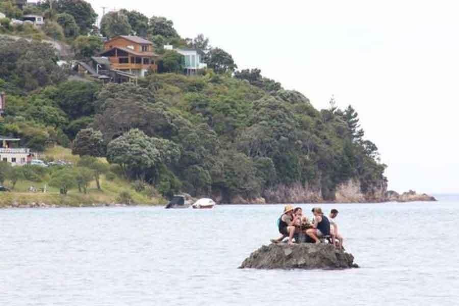Yeni Zelanda'da sahilde alkol yasağı kumdan adayla delindi