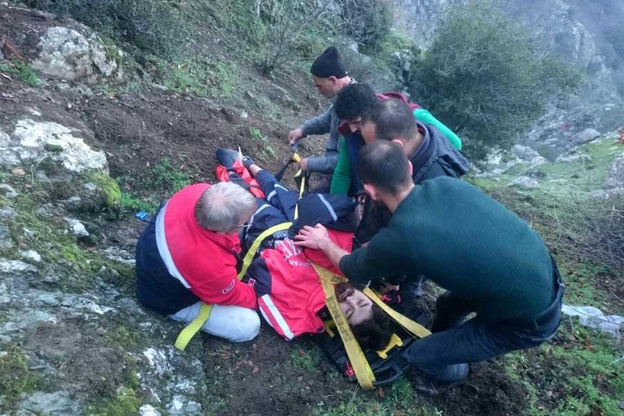 Dağ gezisinde ayakları kırılan genç 5 saat sonra kurtarıldı