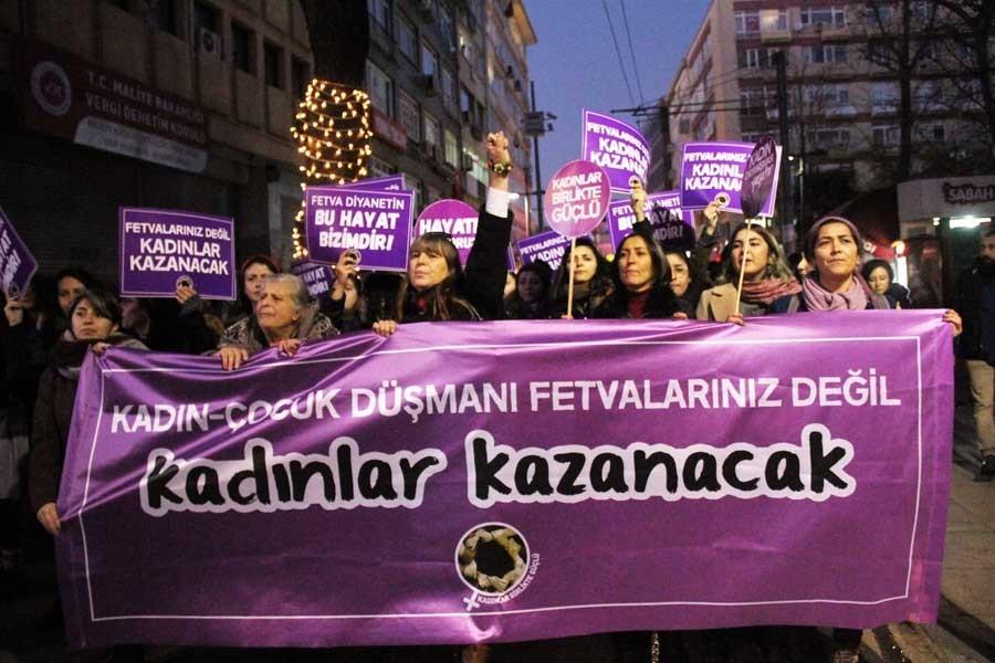 Kadıköy'de kadınların Diyanet'e tepki gösterdiği bir eylem