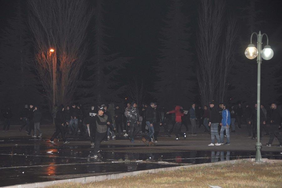 Polis Beşiktaş taraftarına tazyikli su va gaz sıktı
