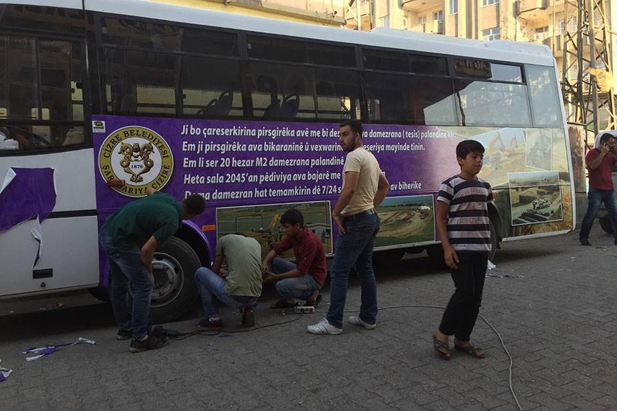 Kayyım, belediye otobüsleri üzerindeki Kürtçe afişleri söktü