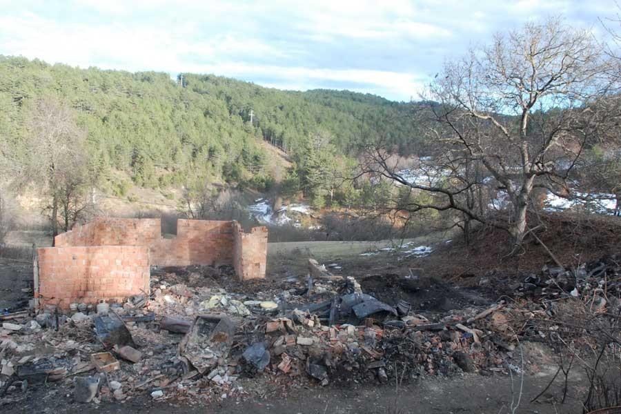 Kayıp 5 kişinin cesetleri yanan evin enkazında bulundu