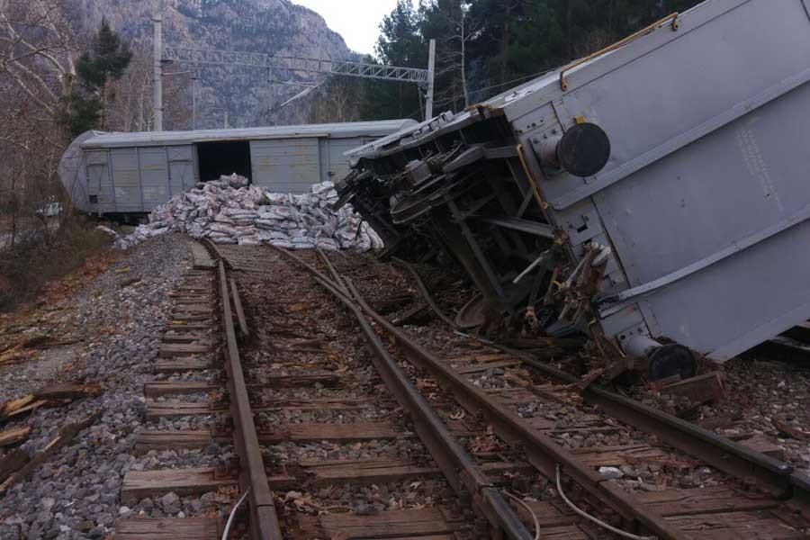 Pozantı'da yük treni devrildi
