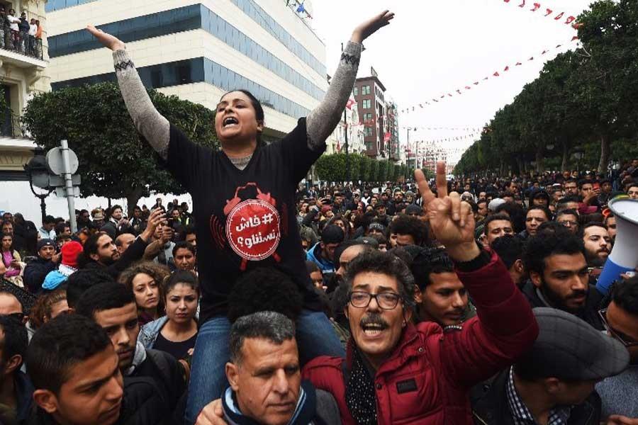 Öfkeli Tunuslular birbirlerine soruyor: Ne bekliyoruz?