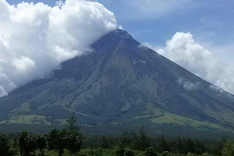 Mayon Yanardağı patladı; 56 bin kişi bölgeden tahliye edildi