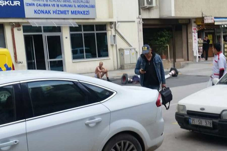 Hakkını alamayan işçiden İŞKUR önünde çıplak protesto