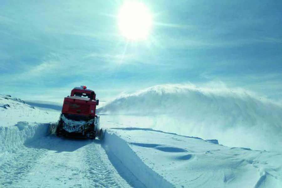Bölgede kar, köy ve mahallelerin yolunu kapattı