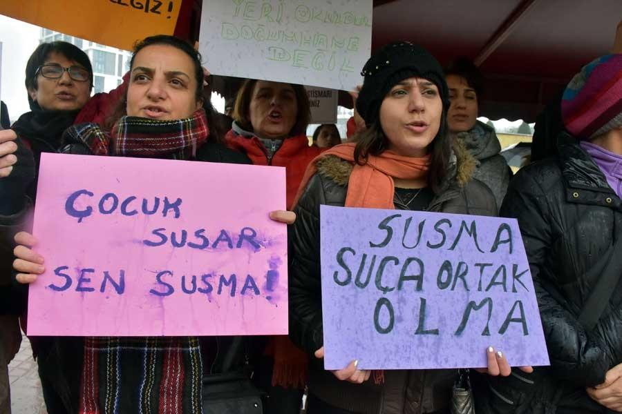 Hastane önünde, 115 hamile çocuk skandalı protesto edildi