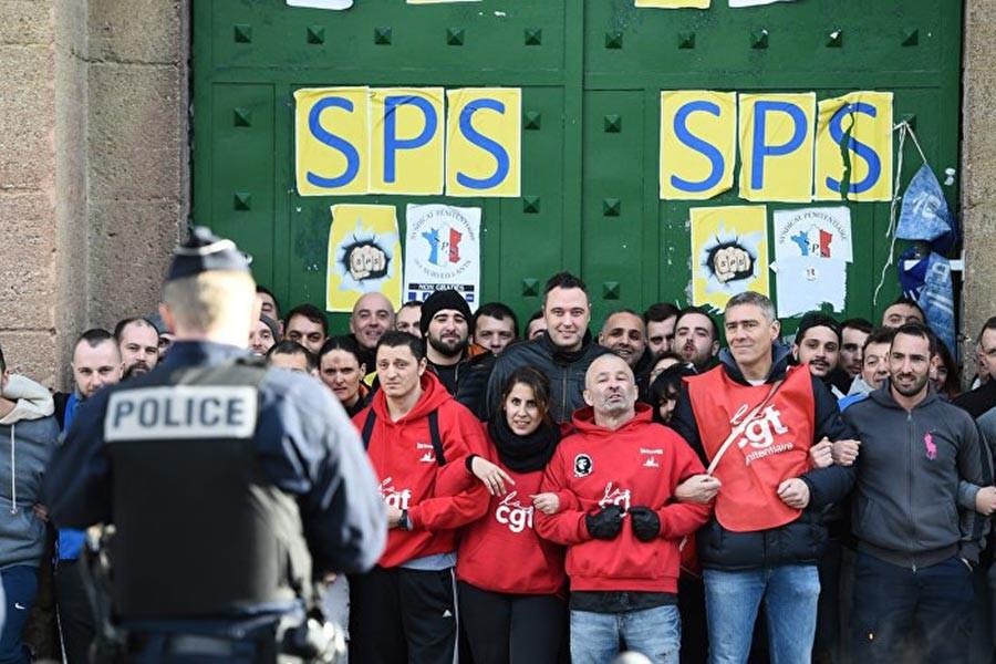 Fransa'da gardiyanlar ülke genelinde greve çıktı