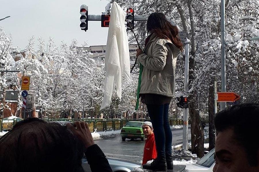 İran'da zorunlu başörtüsünü protesto eden kadın tutuklandı