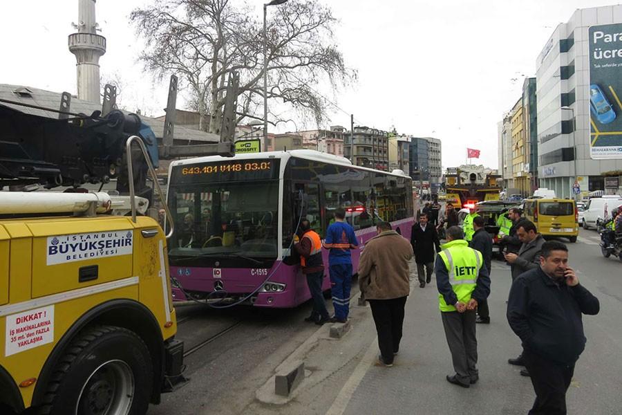 Kadıköy'de 'direksiyonu kilitlenen' halk otobüsü kaza yaptı