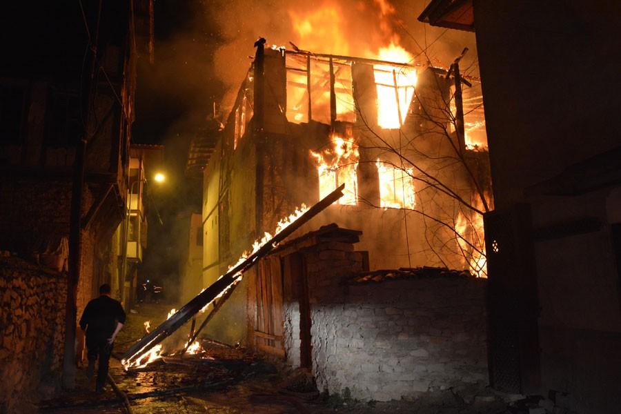 Safranbolu'daki yangında tarihi 2 ev kullanılamaz hale geldi