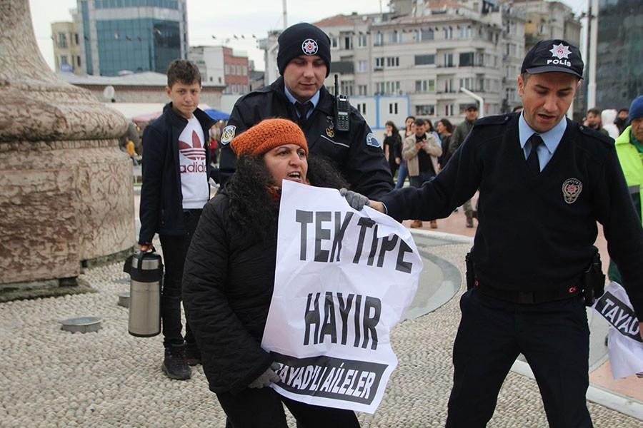 Taksim'de tek tipi protesto eden 2 TAYAD'lı gözaltına alındı