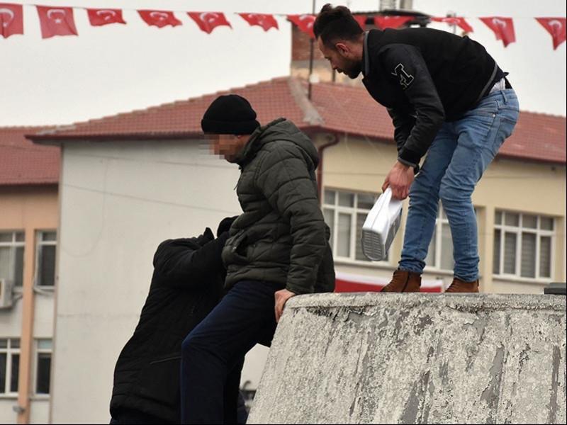 Geçim sıkıntısı sebebiyle kendini yakmak isteyen Mevlüt A'yı polisler eyleminden caydırdı