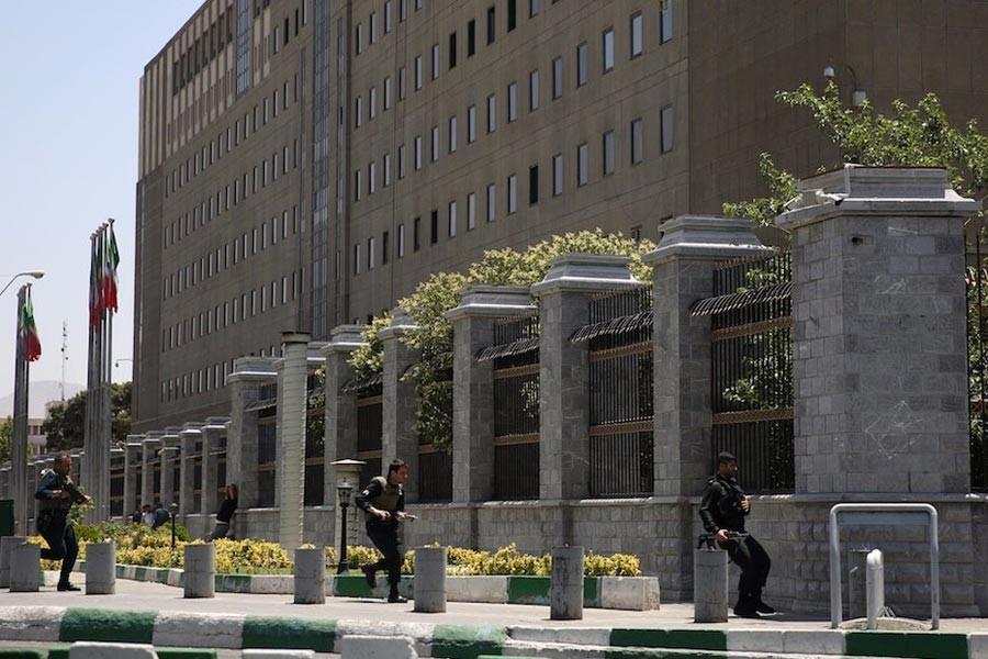 İran'da Cumhurbaşkanlığı Sarayı önünde silah sesleri