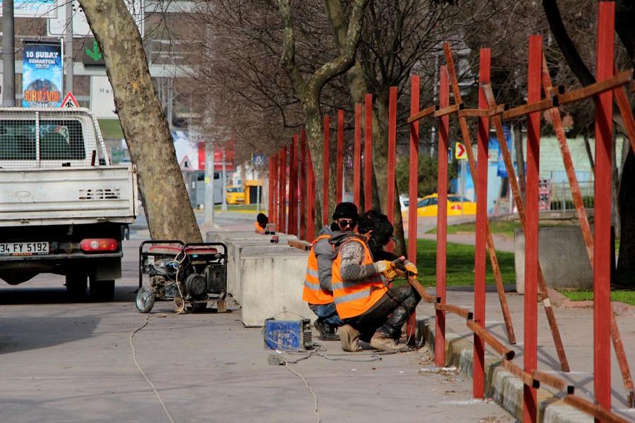 Maçka Parkı bariyerlerle kapatılıyor, ağaçlar işaretlendi