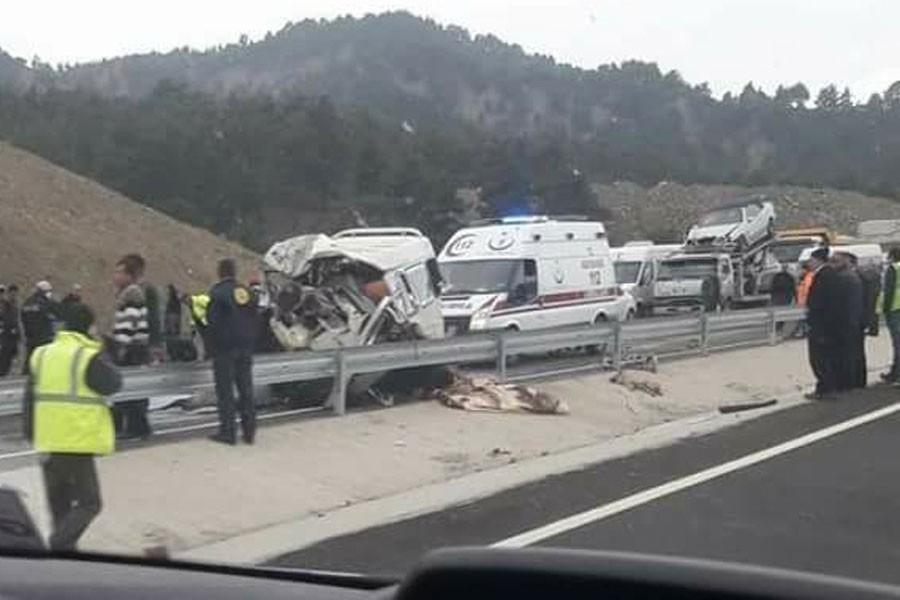Maraş'ta minibüs kamyona çarptı: 9 ölü
