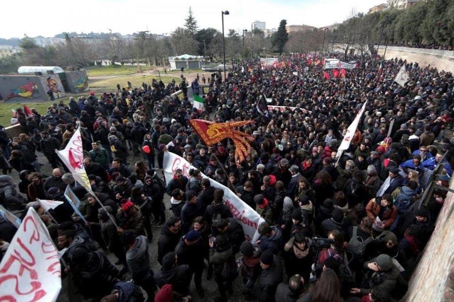 İtalya'da on binler ırkçı silahlı saldırıyı protesto etti