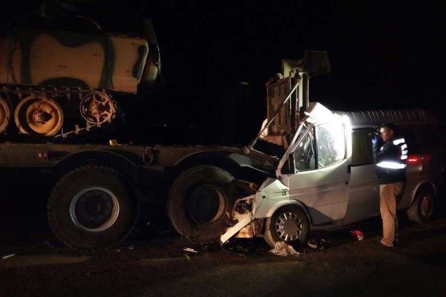 Askeri araç işçi servisiyle çarpıştı: 4 ölü, 10 yaralı