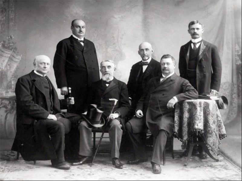 Amerikalı deniz stratejisti Alfred Thayer Mahan (ortada oturan) ve çalışma arkadaşları