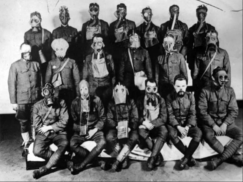 Birinci Dünya Savaşı'nda kullanılan çeşitli maskeleri tanıtım amacıyla giyen Amerikan askerleri