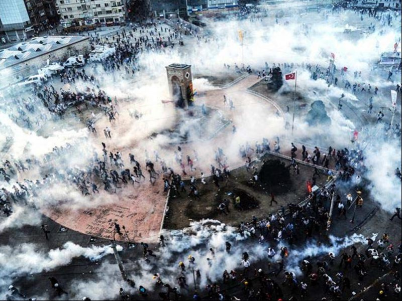 31 Mayıs 2013 günü, Taksim Meydanı'na dört koldan atılan biber gazı bombalarının bulutu