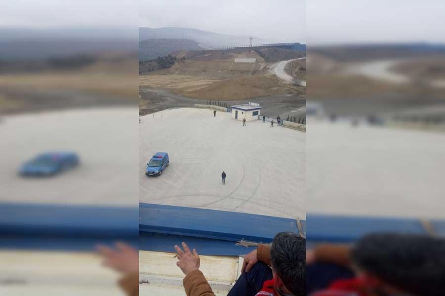 İşten atılan UMER işçileri çatıya çıktı