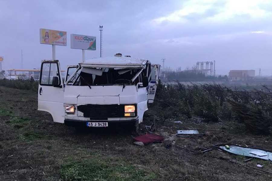 Manisa'da işçi servisi devrildi: 12 yaralı