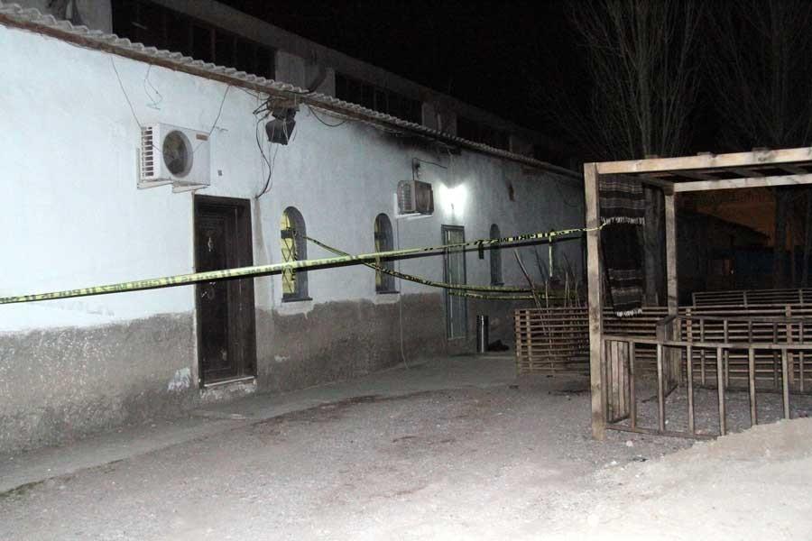 Eşini 5 yaşındaki kızının gözü önünde bıçaklayarak öldürdü
